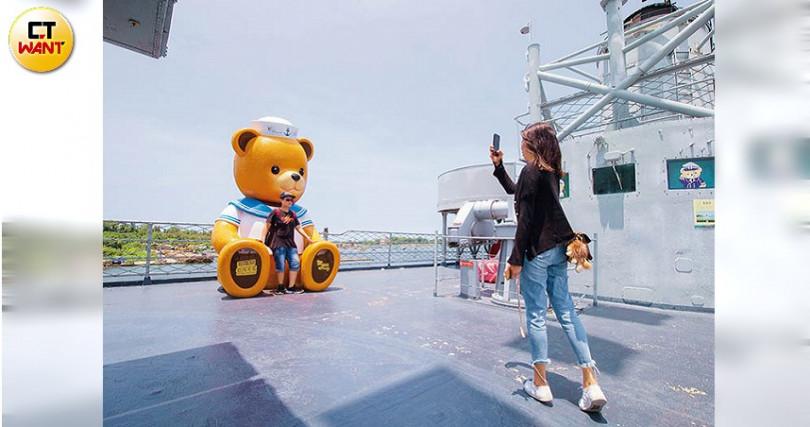 換上水手服的巨型泰迪熊,吸引不少年輕人造訪。