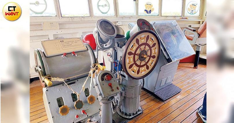 舵房位於戰情室的前端,是軍艦的駕駛艙,設有艦長座位。