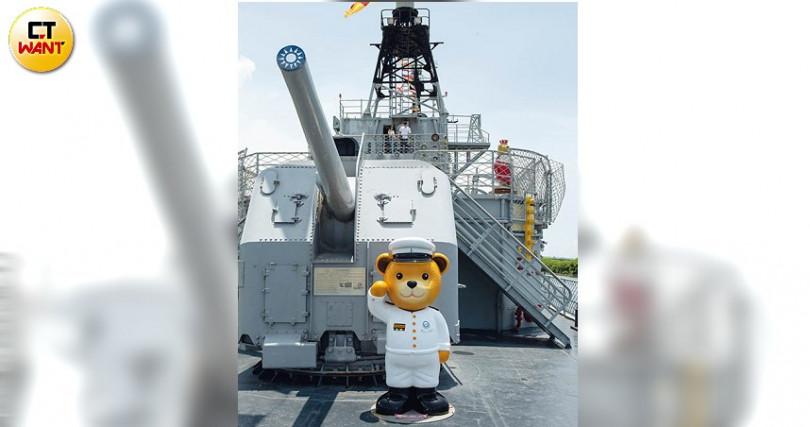 德陽艦上,泰迪熊艦長坐鎮於美國海軍研發的單管主砲前。
