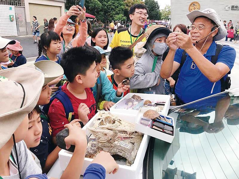 隔周六日舉辦的「足下寶藏」活動,讓小朋友們可以體驗化石採集和地質勘察。(圖/台南左鎮化石園區提供)