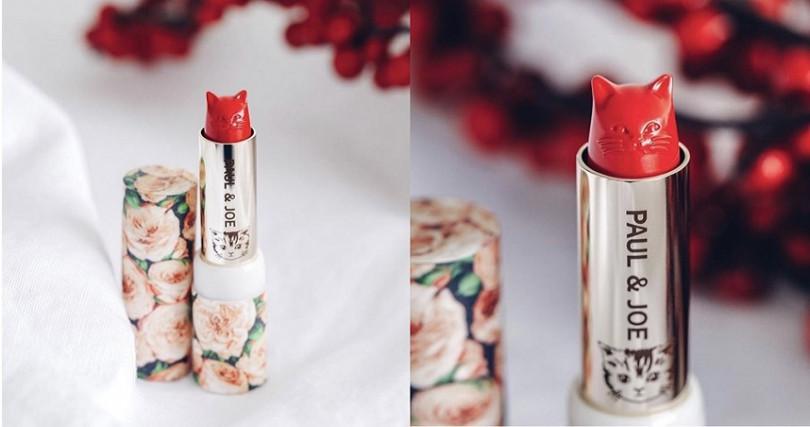 小編最愛裡面的那支貓咪保濕唇膏,可以把它跟冬季牡丹限量唇膏盒組合在一起,好可愛又好有女人味,太喜歡了!(圖/翻攝網路)