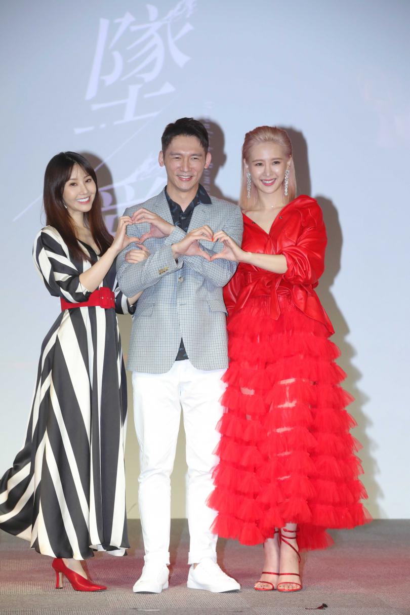 溫昇豪(中)劇中與演出姊妹的安心亞、程茉都有一段戀情。(圖/施岳呈攝)