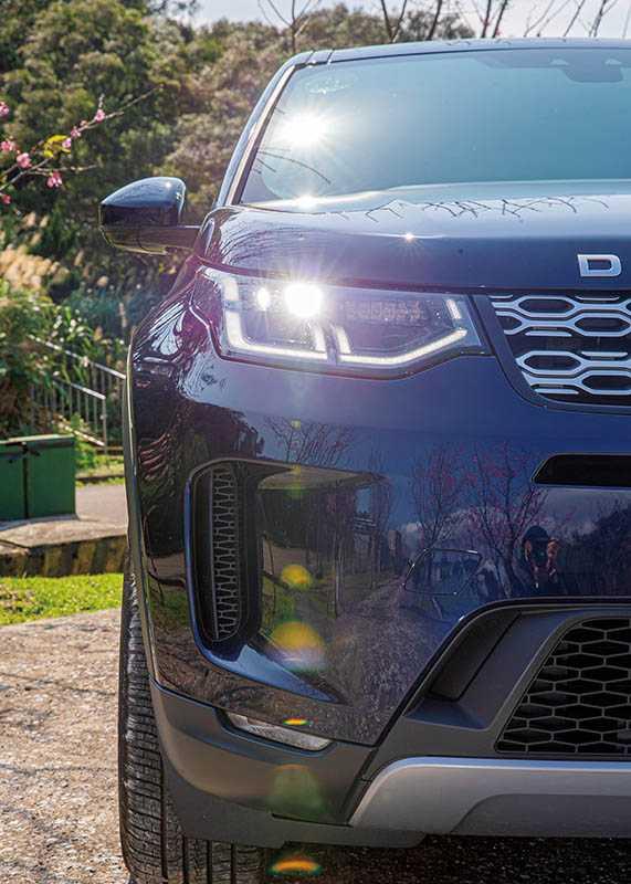 全車系標配的LED頭燈組,改採多段不規則狀晝行燈條。(攝影/黃耀徵)