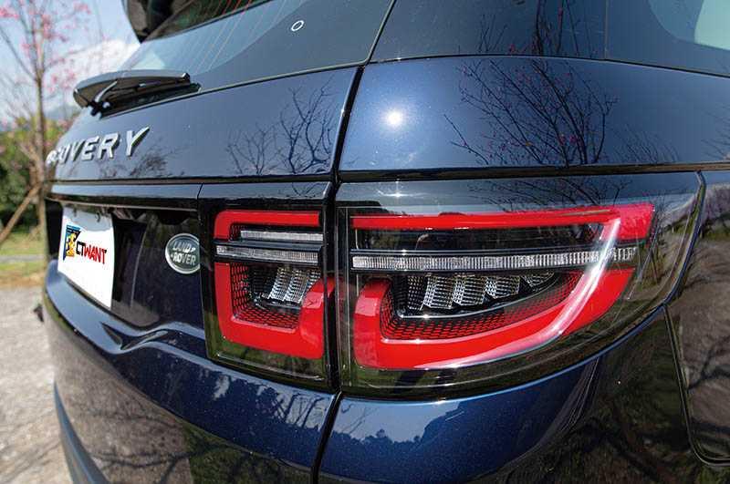 車尾主要著墨於尾燈組調整,捨棄原先的圓形,改以紅色多邊形LED燈條包圍燈組外框。(攝影/黃耀徵)