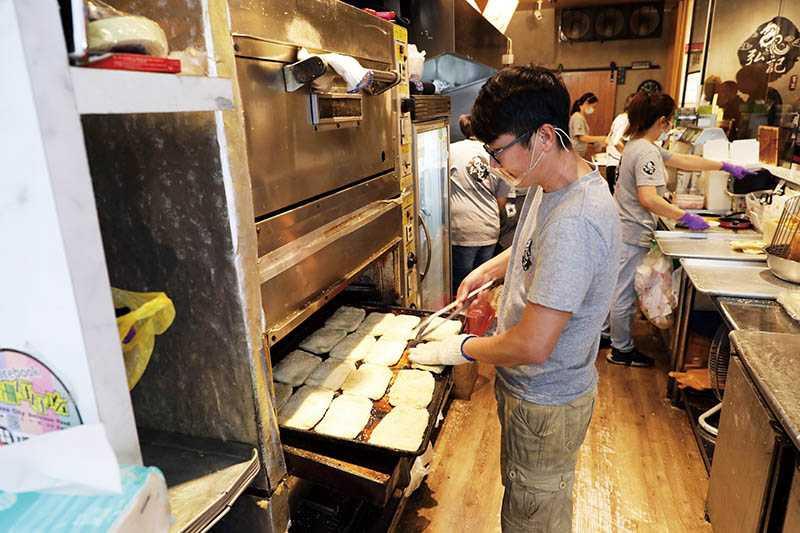 「弘記豆漿」的燒餅餅皮都是每日手工現擀現烤。(圖/于魯光)
