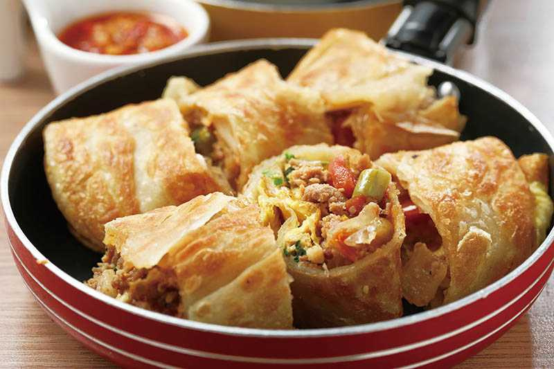 「打拋豬蛋餅」的香酥餅皮裡包著越式打拋豬內餡。(60元)(圖/于魯光)