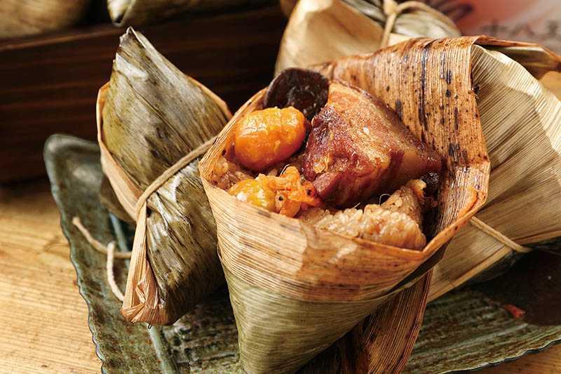 包裹著五花肉、蛋黃、櫻花蝦與栗子等食材的「招牌粽」,料好實在。(60元/個)