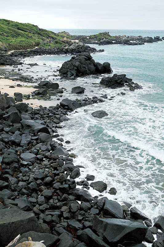 沿著海岸線蜿蜒起伏、景致壯觀的黑色岩塊,就是著名的「風稜石區」。