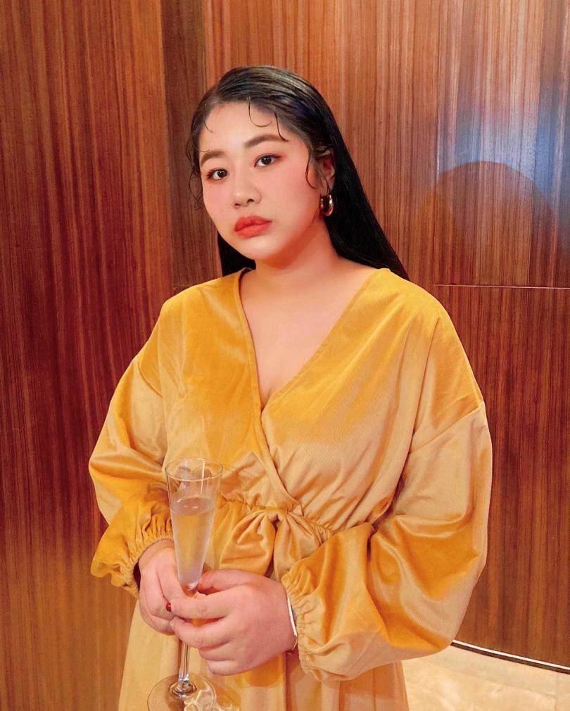 酒令去年底出席高雋雅的婚禮,穿上深V禮服,被讚有女神風範。(圖/翻攝自酒令臉書)
