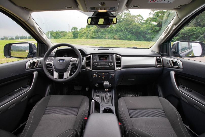 為了壓低成本,1.5廂RANGER職人型內裝走務實路線,少了雙區恆溫空調、Keyless、引擎啟動鍵等奢華配備。(圖/黃耀徵攝)