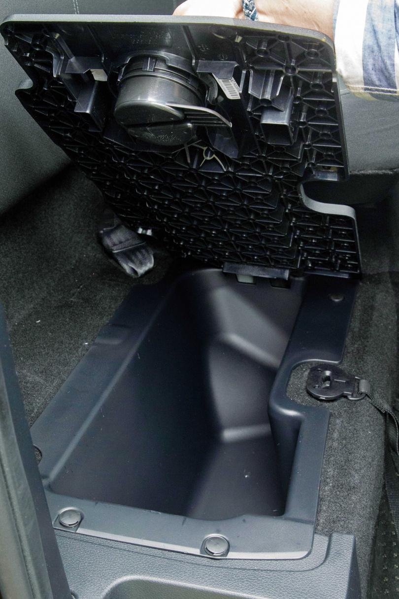 1.5廂RANGER職人型的後廂座椅可輕易掀起,底下是另一個置物空間,也是寵物專屬座位。(圖/黃耀徵攝)