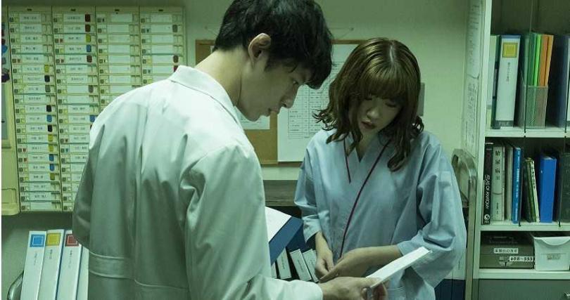 坂口健太郎(左)是個一覺到天亮的人,就算飯店有鬼也能睡。(圖/catchplay提供)