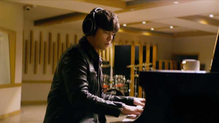周杰倫執導TUDOR「Royal皇家系列」腕錶廣告中的彈琴場景,是來自樂壇好友蕭敬騰的個人錄音室。(圖╱翻攝自IG)