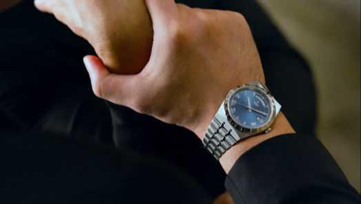 周杰倫手上佩戴的全新TUDOR「Royal皇家系列」腕錶,錶面閃著奪目亮眼的海洋藍色。(圖╱翻攝自IG)