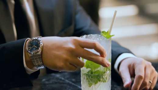 周杰倫自導自演全新TUDOR「Royal皇家系列」腕錶廣告,開頭便手握一杯Mojito調飲,完美呼應年度創作新曲。(圖╱翻攝自IG)