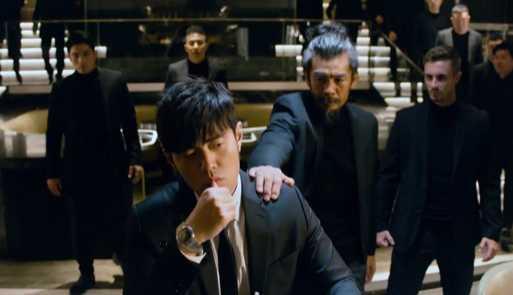 廣告中的戲中戲,周杰倫佩戴TUDOR「Royal皇家系列」腕錶,與身後的反派演員們展開對決。(圖╱翻攝自IG)