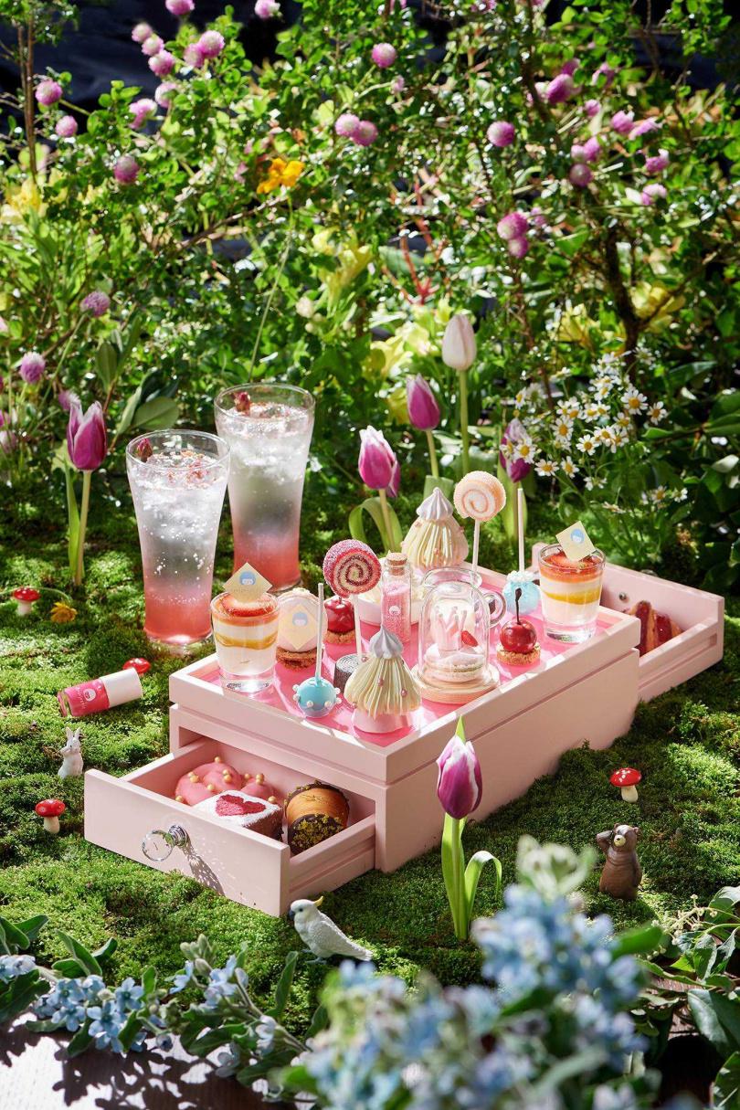 「姆指公主雙人下午茶」讓人同時感受餐桌與指甲上的甜蜜仲夏。(圖/台北美福大飯店)