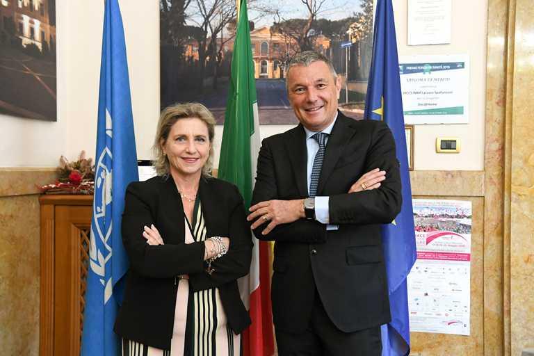 寶格麗全球總裁暨執行長Jean-Christophe Babin(右),與羅馬Lazzaro Spallanzani醫院研究部門成員Marta Branca合影,共同為研發疫苗努力。(圖╱BVLGARI提供)