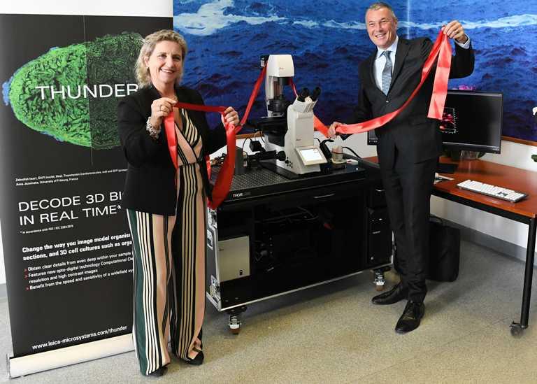 寶格麗執行長Jean-Christophe Babin(右)在新冠病毒疫情爆發之初,即已代表品牌贊助一台高科技顯微鏡,協助專家展開病毒研究與疫苗開發。(圖╱BVLGARI提供)