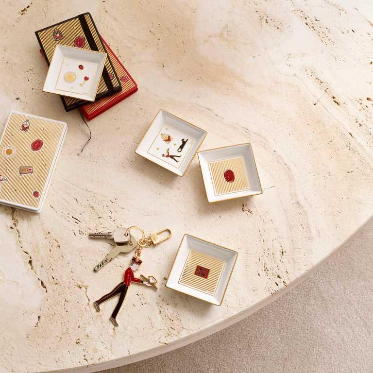 (由左至右)Cartier「Diabolo de Cartier」小牛皮筆記本╱11,200元(1套3件);小型陶瓷托盤╱17,800元(1套4件);門侍鑰匙圈╱16,100元。(圖╱Cartier提供)