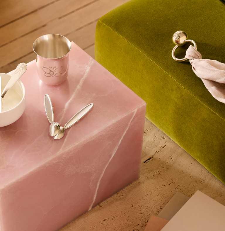 (由左至右)Cartier「Cartier Baby」純銀蝴蝶水杯╱18,600元;純銀兔子湯匙╱8,900元;純銀兔子湯匙╱13,400元(1對);純銀老鼠撥浪鼓╱價格店洽。(圖╱Cartier提供)
