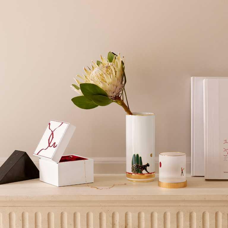 (由左至右)Cartier「Entrelacés de Cartier」真漆木材中型珠寶盒╱61,000元;「Panthère de Cartier」美洲豹中型花瓶╱37,000元;「Diabolo de Cartier」陶瓷鍍層飾面中型燭台╱28,700元。(圖╱Cartier提供)