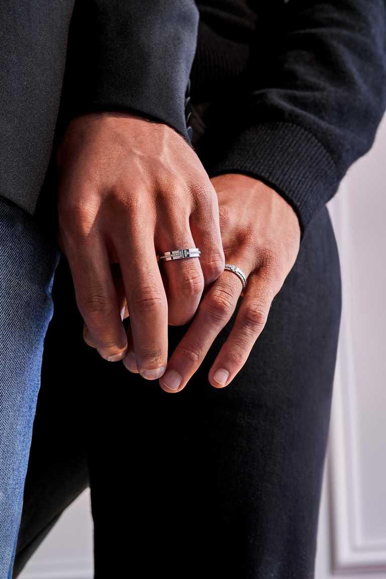 TIFFANY & CO.「2021 愛和訂婚」系列形象廣告,(左)「Tiffany T」18K白金窄版鑲鑽戒指 ╱106,000元;(右)「Tiffany T」18K白金窄版鑲鑽戒指╱177,000元。(圖╱TIFFANY & CO.提供)