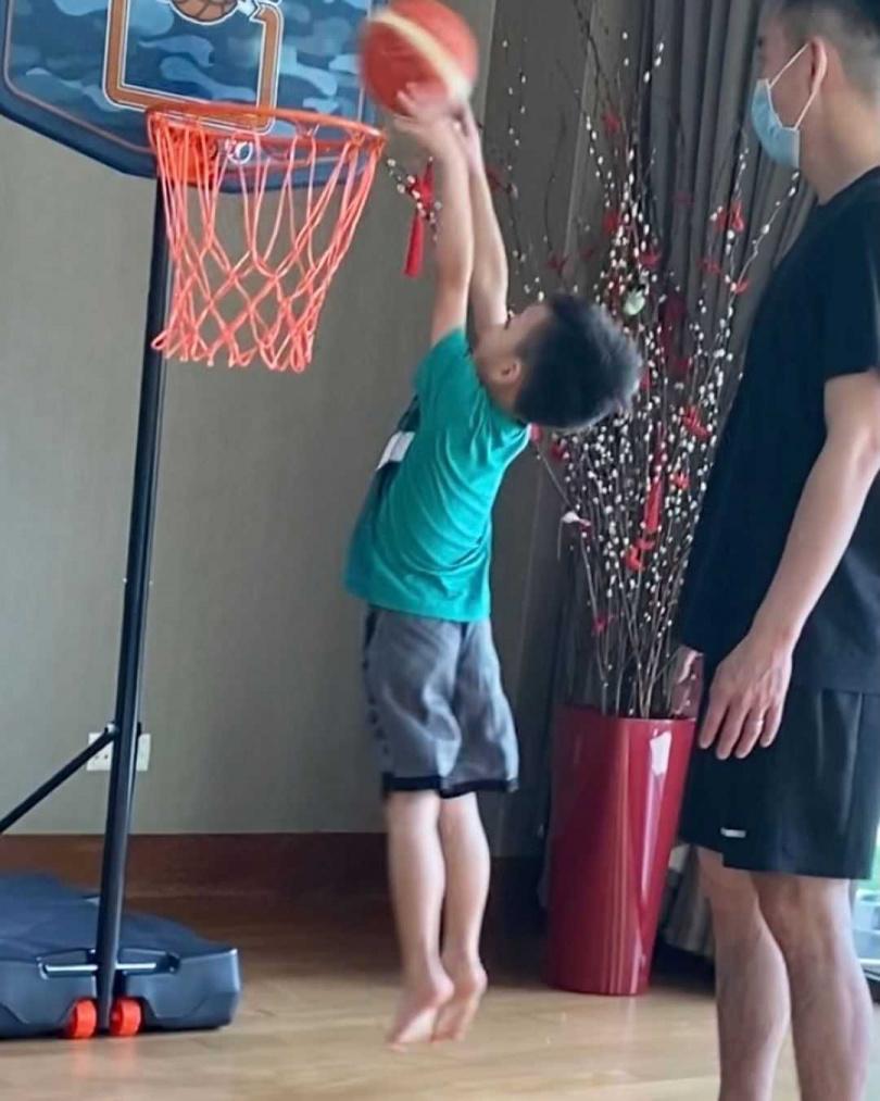 妳可以視小朋友的身高來調整籃框高度,記得一定要比身高更高才有難度,讓他們更好跳躍放電。(圖/翻攝徐若瑄IG)