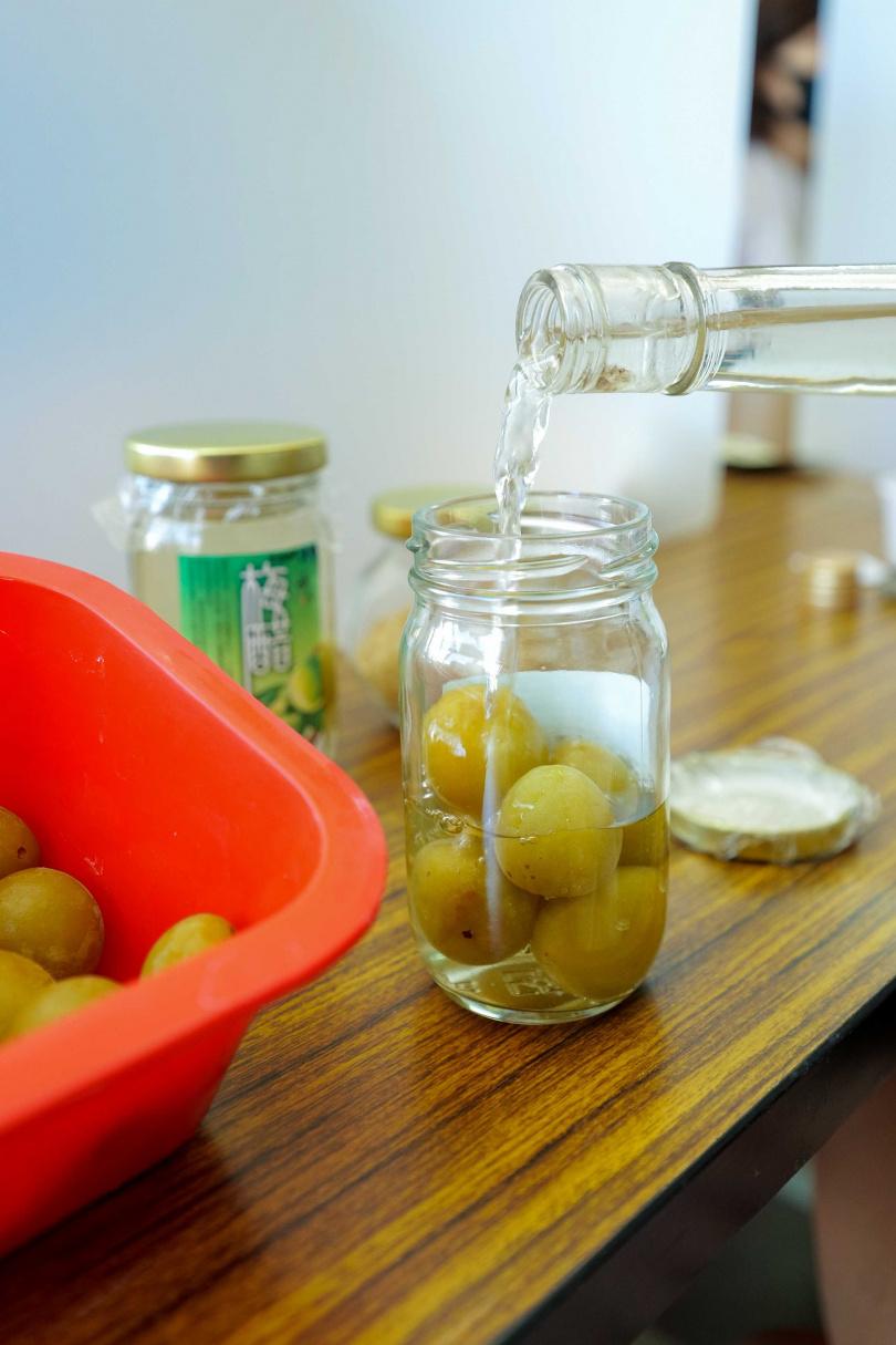 採預約制的梅醋DIY體驗,每人200元含有機果園導覽。