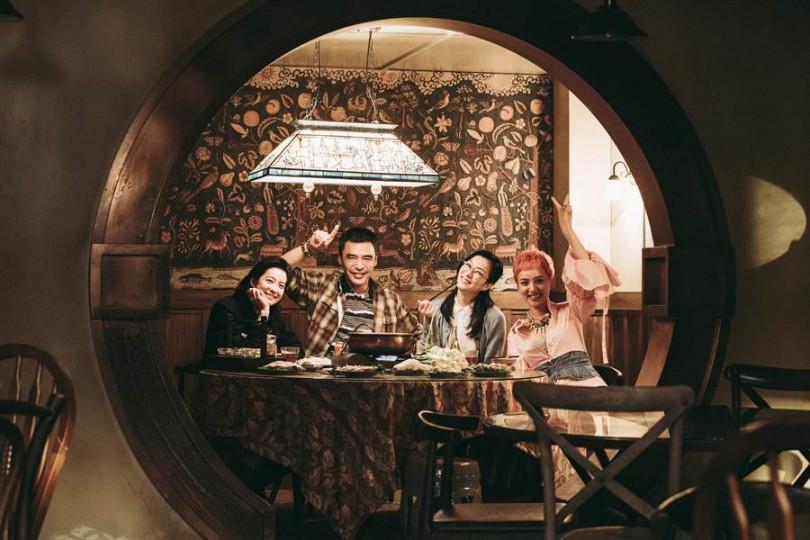 鍾鎮濤(左二)與飾演女兒的賴雅妍(左起)、鄭秀文、李曉峰一起吃火鍋。(圖/華映提供)