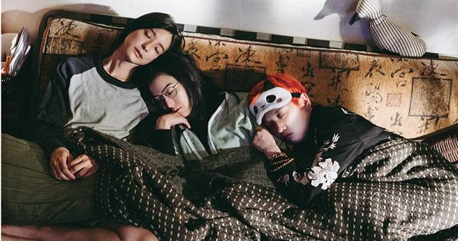 賴雅妍(左起)、鄭秀文、李曉峰一起演出改編自知名作家張小嫻的作品《我的愛如此麻辣》。(圖/華映提供)