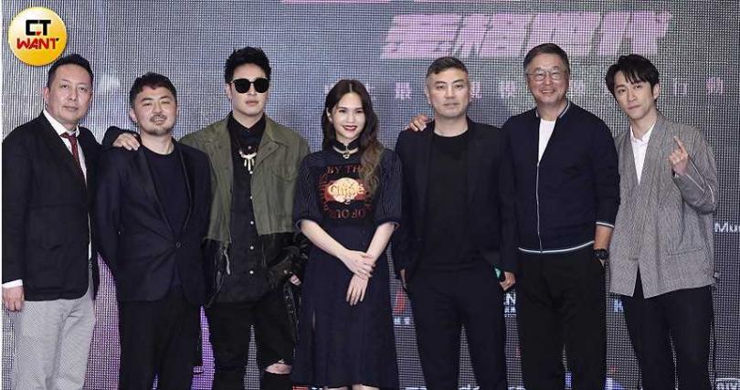 《菱格世代DD52》由野火娛樂、聯聯看製作,總製作費破億,製作人詹仁雄(右3)也笑說把2個女兒的嫁妝都投入製作了。(攝影/彭子桓)