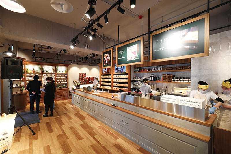 台北旗艦店仿造日本一號店,以水泥灰及暮色為主要風格元素。