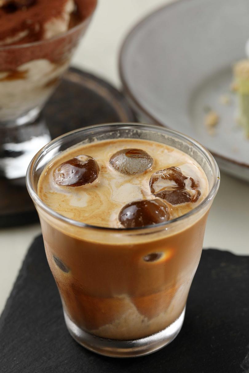 將牛奶與咖啡以一比一比例混合而成的「髒髒」,口感濃厚。(220元)