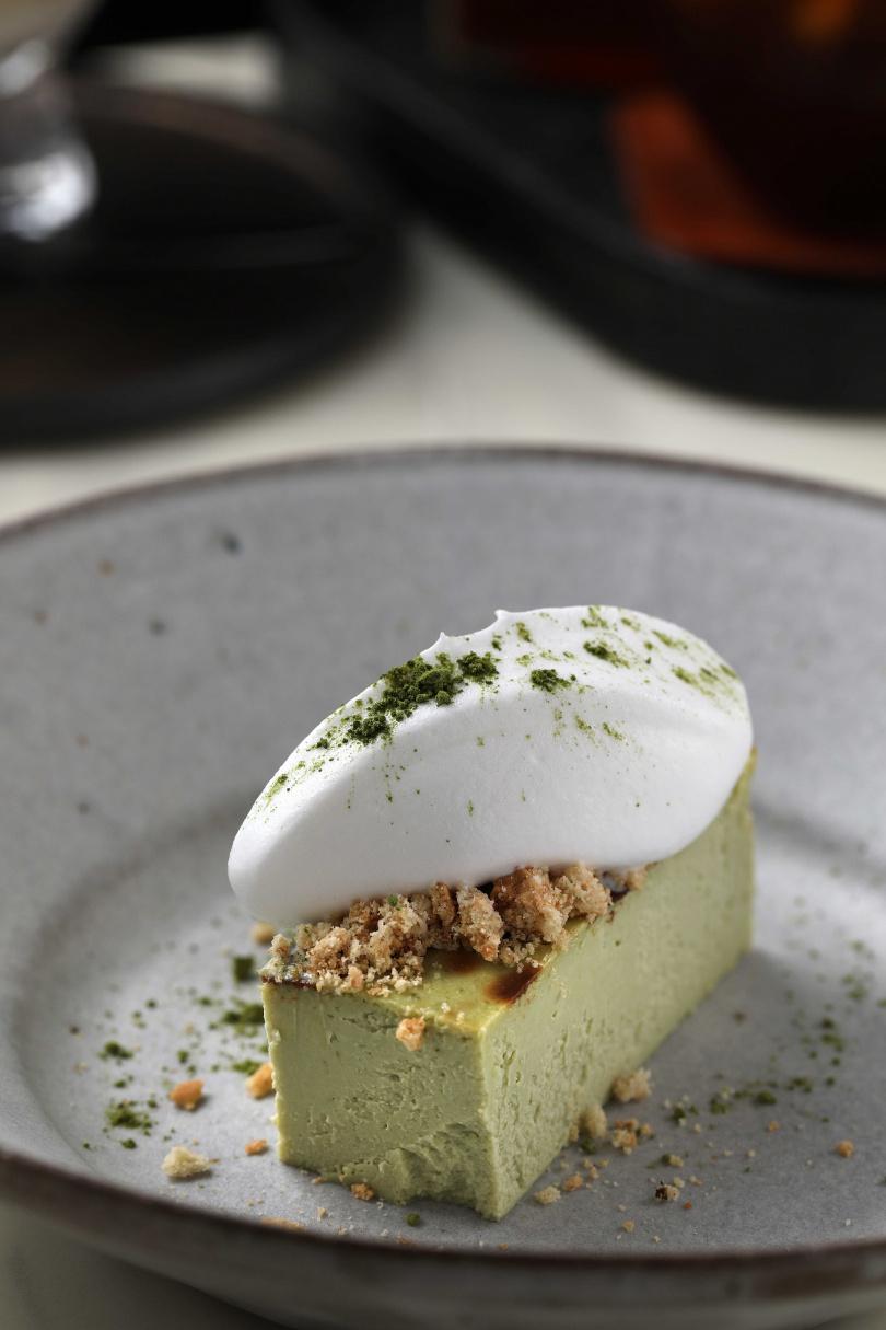 季節限定的「抹茶巴斯克」,表層焦香、內裡的口感則介於蛋糕與生乳酪之間。(220元)