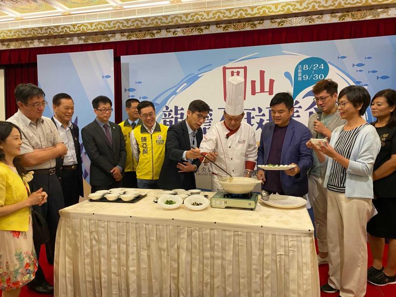 許耀光師傅現場示範料理作法,邀請多位政界人士試吃。(圖/圓山大飯店提供)
