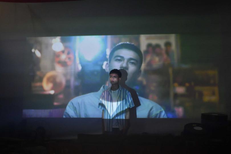 龔言脩唱了8個小時,製作人張傑還是不滿意,認為沒有把歌曲中要表達的遺憾又糾結的情緒演繹出來。(圖/年代娛樂提供)