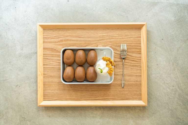 以超市賣的雞蛋、麵粉、黑糖,餐廳現烤成「老實人雞蛋糕」。