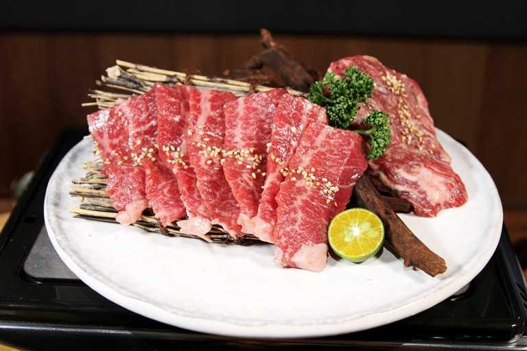 「黑毛和牛一頭切り」提供多選擇的和牛燒烤,圖為澳洲M9+和牛。