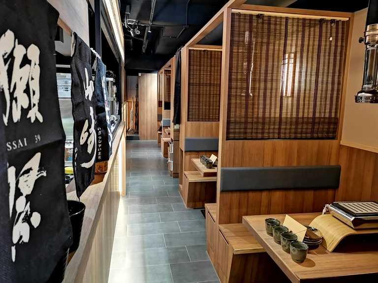 與一般燒肉店用餐環境不同,店面採半隱蔽式的「全包廂式隔間」。