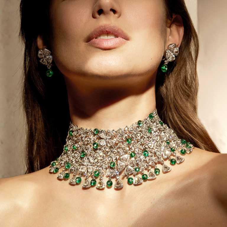 BVLGARI「Magnifica」系列,「Fiorever Lace」頂級祖母綠與鑽石頸鍊,頂級Fiorever鉑金項鍊,鑲嵌94顆D-H VVS-VS玫瑰形切割鑽石(總重約29.71克拉)、52顆祖母綠圓珠(總重約66.62克拉),及D-F IF-VVS圓形明亮切割鑽石與密鑲鑽石(總重約48.26克拉)。(圖╱BVLGARI提供)