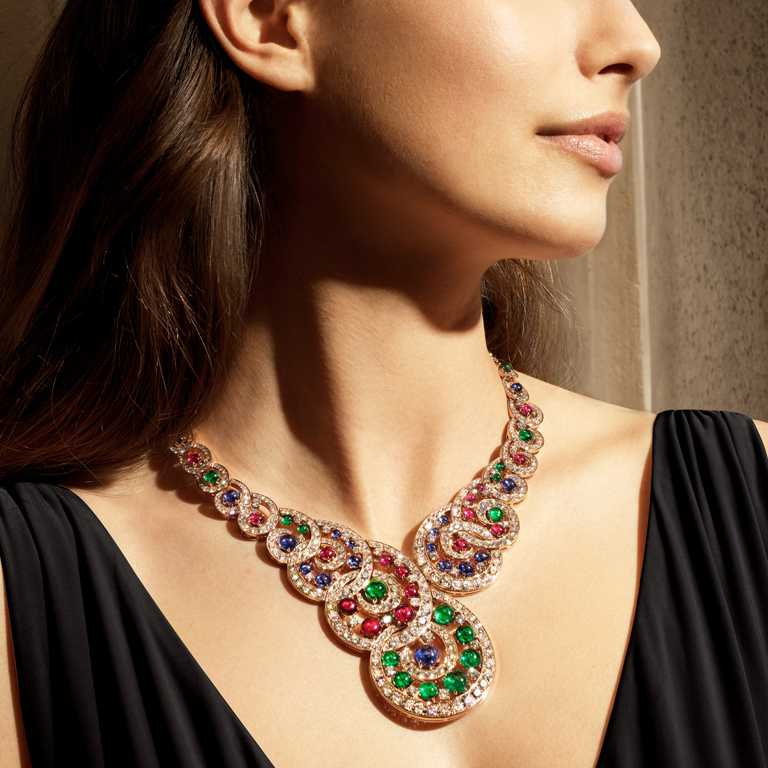BVLGARI「Magnifica」系列,「Baroque Spiral」頂級彩寶與鑽石項鍊,頂級玫瑰金項鍊,鑲嵌22顆圓形切割藍寶石(總重約20.31克拉)、21顆圓形切割祖母綠(21.95克拉)、22顆圓形切割紅寶石(總重約18.61克拉),及38顆D-F IF-VVS圓形明亮切割鑽石與密鑲鑽石(總重約41.62 克拉)。(圖╱BVLGARI提供)
