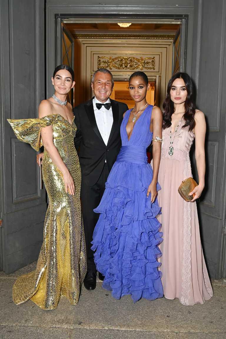 (由左至右)寶格麗品牌代言人Lily Aldridg、全球總裁Jean-Christophe Babin、名模Blésnya Minher、和法國名模Solange Smith,共同出席於史卡拉歌劇院舉行的「Magnifica」系列頂級珠寶發表晚會。(圖╱BVLGARI提供)