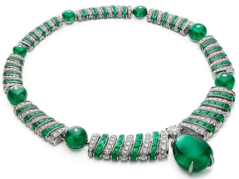 BVLGARI「Magnifica」系列,「Emerald Elipse」頂級祖母綠與鑽石項鍊,密鑲鑽石與Buff-Top弧圓形切割祖母綠錯列,營造輕盈精緻的3D螺旋管狀結構,再由7顆祖母綠圓珠及62.04克拉尚比亞梨形祖母綠主石綴飾。(圖╱BVLGARI提供)