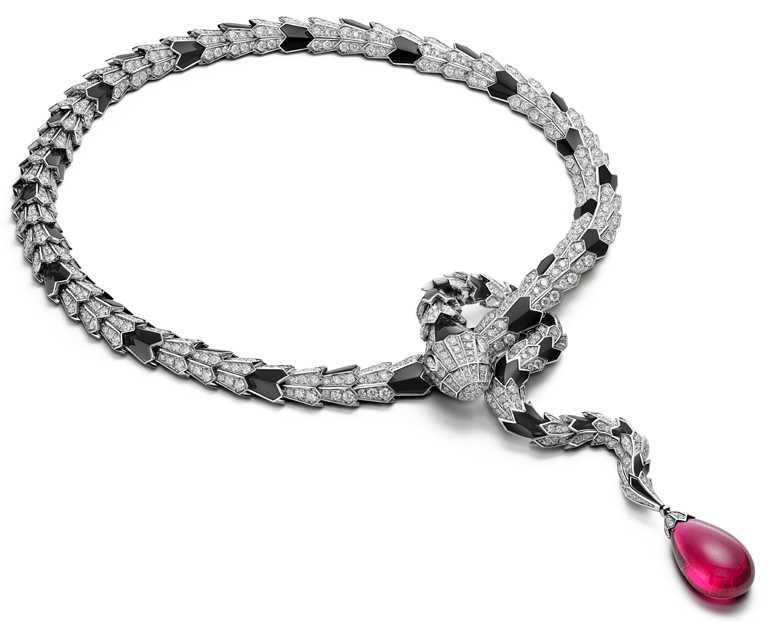 BVLGARI「Magnifica」系列,「Serpenti Metamorphosis」頂級彩寶與鑽石項鍊。(圖╱BVLGARI提供)