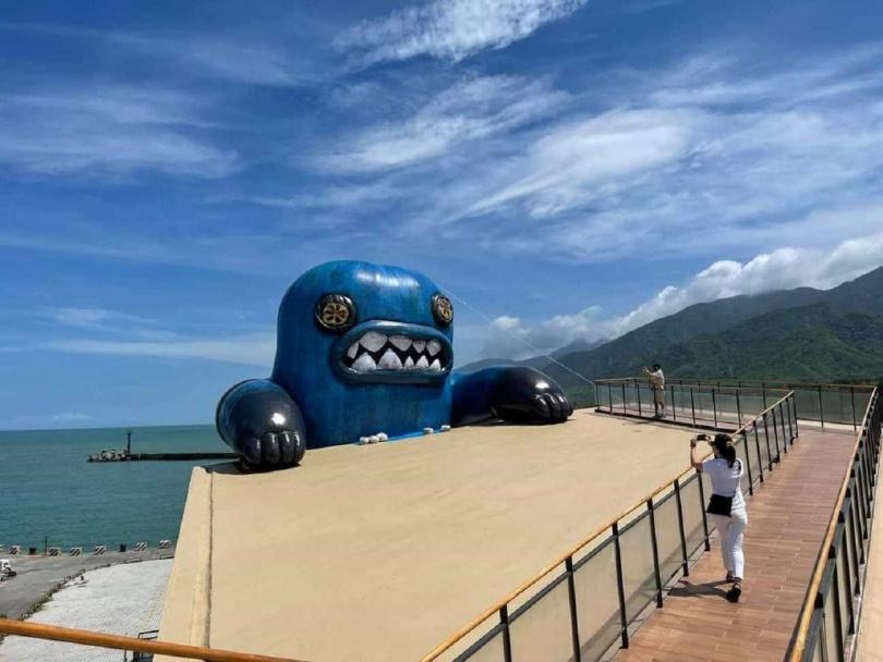 若要看清楚氣球怪獸正面,可以到屋頂的吹風看海廊道。(圖/屏東縣政府提供)