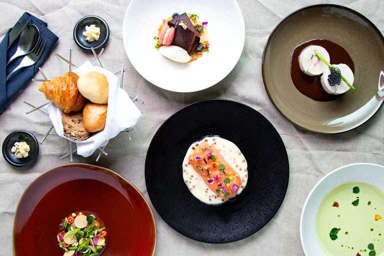 即食行樂住房專案晚餐的「西式經典組合」,包括絲瓜蛤蜊湯、小農時蔬沙拉、松露蘑菇雞肉捲、毛豆泥伏特加鮭魚排及精選甜點。
