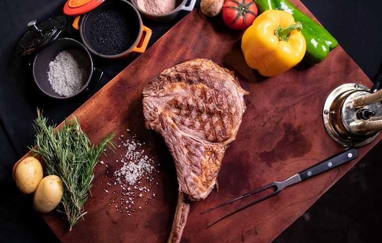 「我愛爸爸」4人套餐的美國頂級戰斧牛排,份量十足。