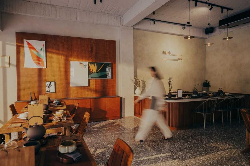一樓「留白茶想」吧檯與飲茶區。