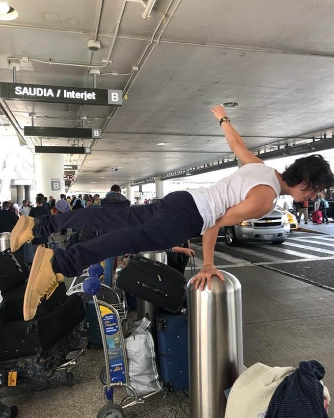 主唱魯卡斯平常愛玩自拍拍照,日前還在機場還跟垃圾桶玩起了單手撐自拍。(圖/翻攝自盧卡斯葛拉漢樂團臉書)